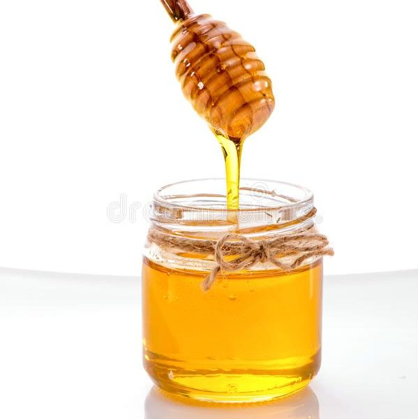 miel-liquide-coulant-outre-du-plongeur-dans-le-plan-rapproché-de-pot-d-isolement-sur-fond-blanc-105144995